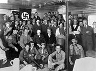 """Hitler in München 1930 bei Einweihung """"Braunes Haus"""" (Wikipedia, Auswahl Worldcrunch)"""