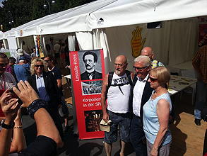 SPD-Fraktionsvorsitzender Frank-Walter Steinmeier beim Gruppenfoto vor dem Stand des Lassalle-Kreises beim Deutschlandfest im August 2013 (Foto: Lassalle-Kreis)